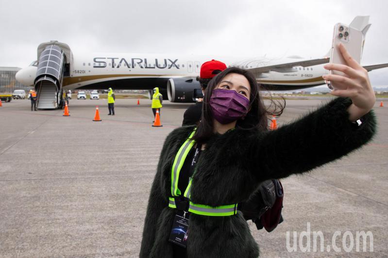 因疫情無法出國的民眾,趁著參與高空品酒會的機會跟星宇航空格蘭利威專機JX-8888自拍留念。記者季相儒/攝影