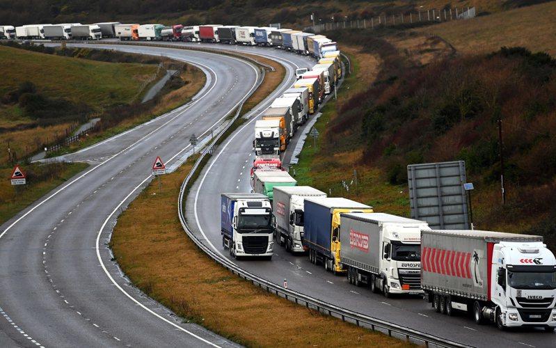 英法官員都警告,明年1月1日英國脫歐後,英吉利海峽兩岸都要進行邊界檢查,越過海峽的交通肯定變慢。圖為通往多佛港的M20公路11日大塞車。歐新社