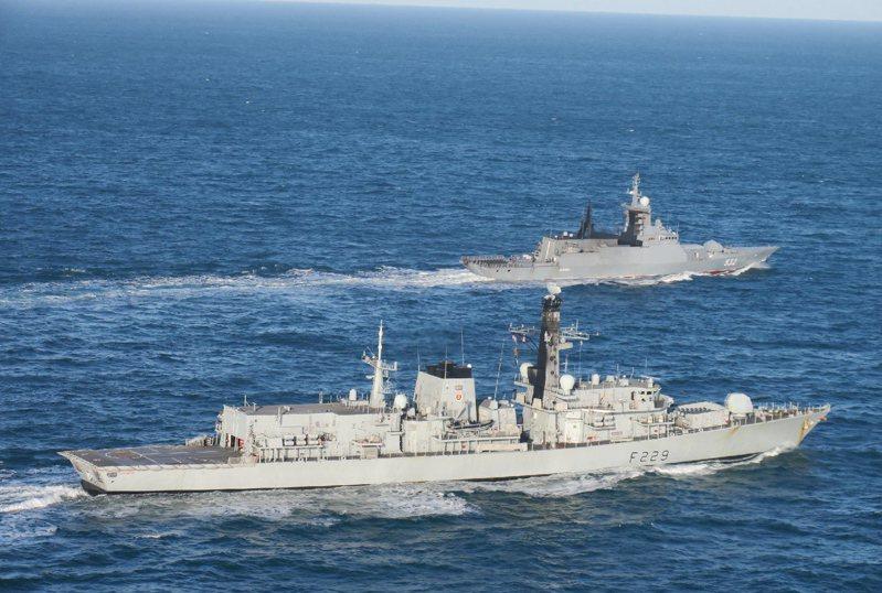 英國與歐盟若未達成貿易協議,英國皇家海軍將派4艘軍艦在英國海域巡邏,阻止法國漁船非法捕魚。圖為皇家海軍軍艦本月5日在英吉利海峽巡航。歐新社