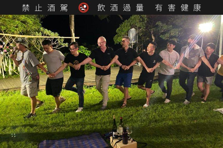 日前於台東舉行的發表會上,與會者跳起阿美族「牽手舞」。圖/新生活葡萄酒提供。提醒...