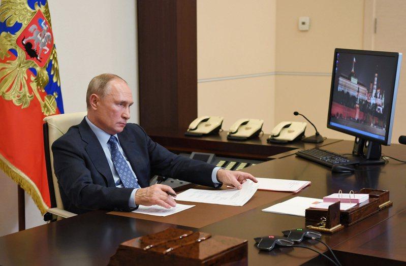 俄國媒體Projekt報導,總統普亭在黑海沿岸的索契市,建了一個與莫斯科市郊總統官邸辦公室陳設相同的辦公室。圖為克宮發出的照片,普亭在官邸與政府官員開會。歐新社
