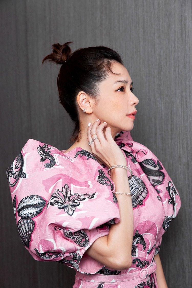 徐若瑄配戴DE BEERS珠寶出席「故事宮寓」記者會。圖/DE BEERS提供