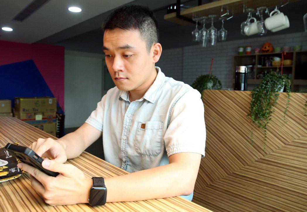 今年廿九歲的青年上班族鄭佳興利用手機遠端監看家中長輩起居。記者侯永全/攝影