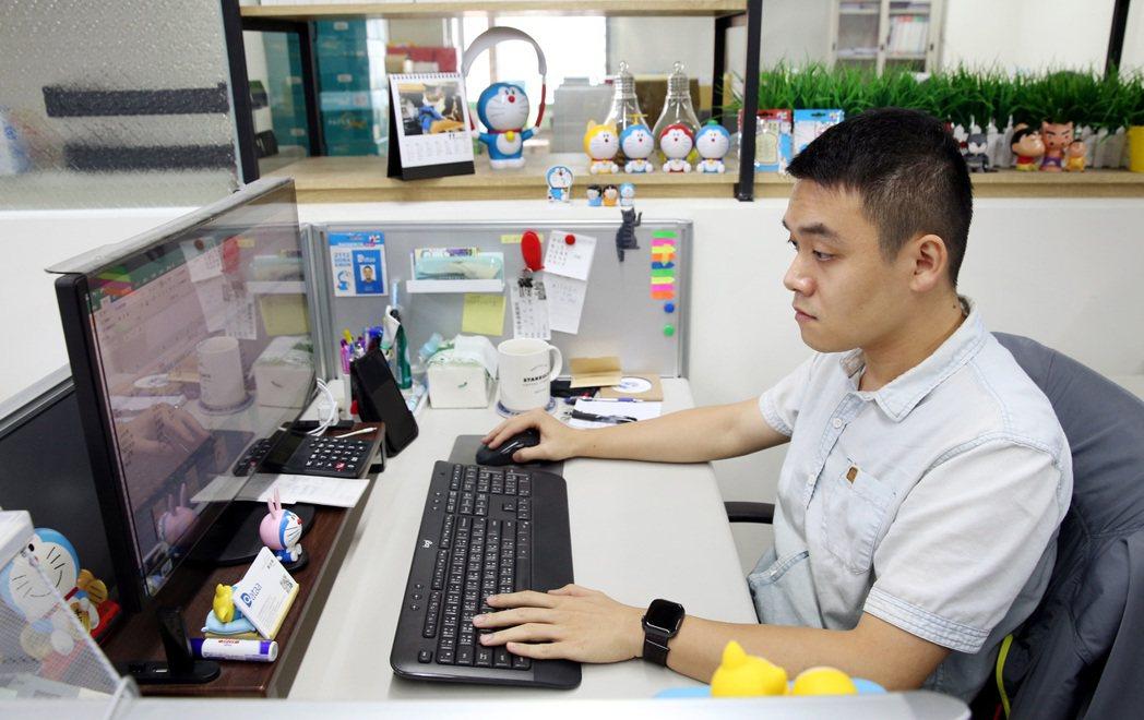 今年廿九歲的青年上班族鄭佳興的辦公環境。記者侯永全/攝影