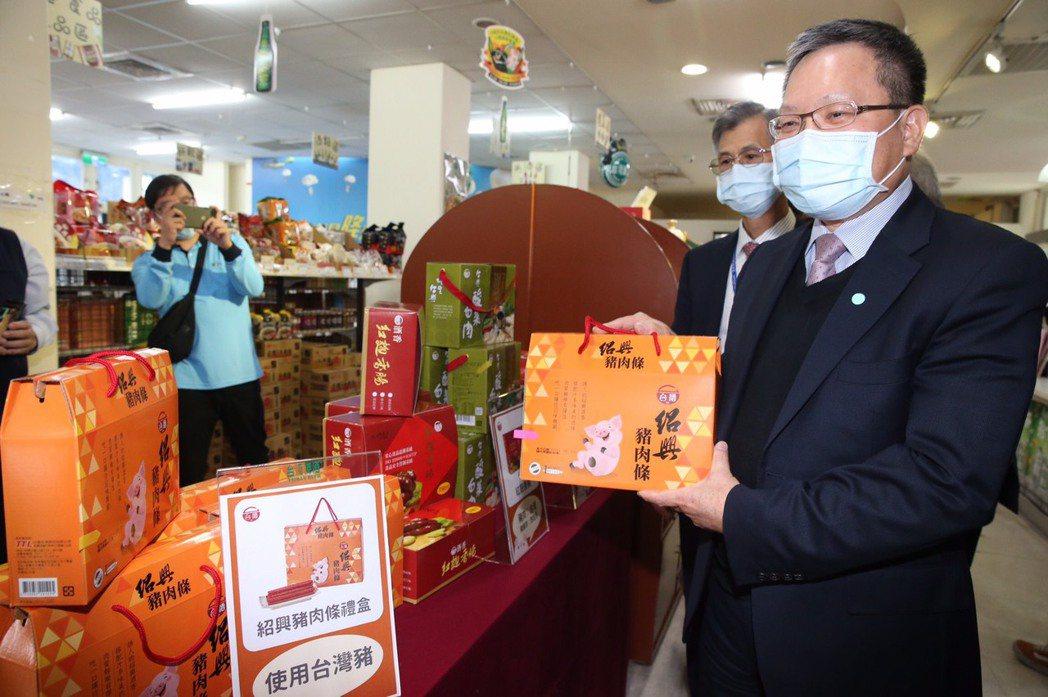 財政部長蘇建榮日前視察台酒豬肉製品產地標示情形。圖/台酒提供