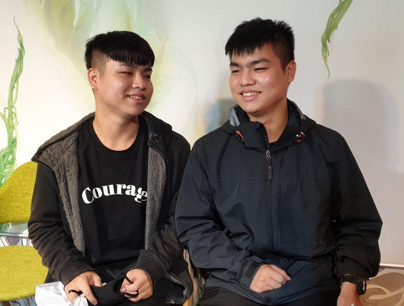 雙胞胎莊宏展、莊宏毅三歲半罹患血癌,哥哥莊宏展(右)表示兩人一起抗癌、互相打氣不孤單。記者陳宛茜/攝影
