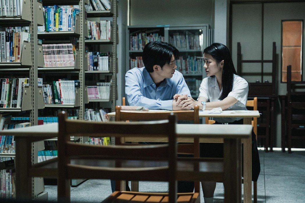 姚淳耀(左)劇中邀李玲葦單獨至圖書館寫詩。圖/公視提供