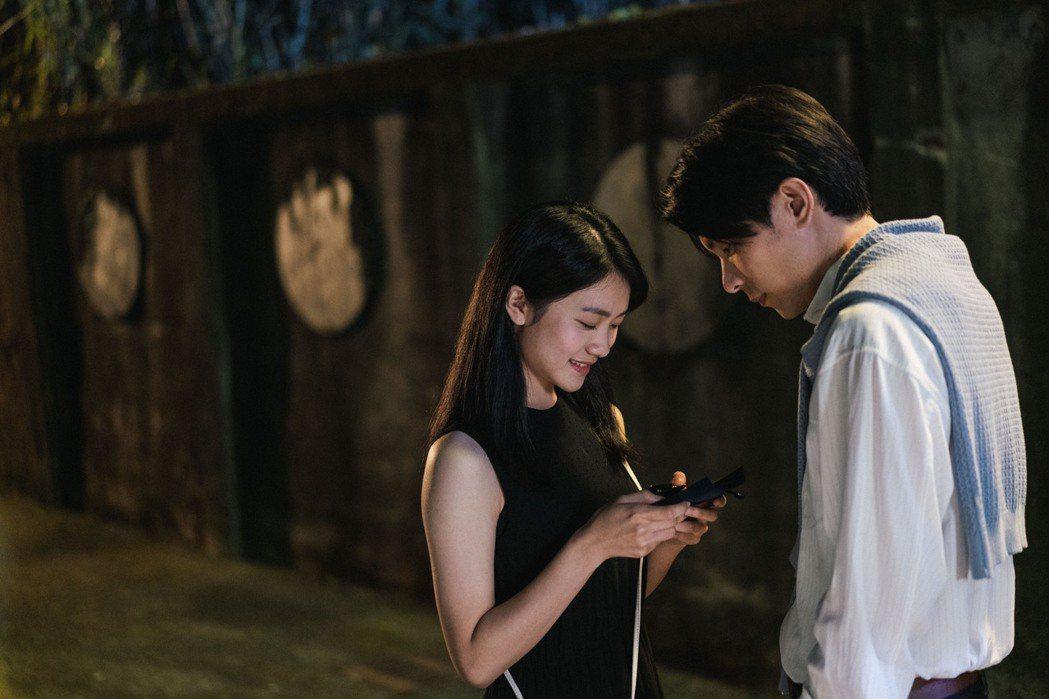 姚淳耀(右)劇中送李玲葦珍珠耳環當定情物。圖/公視提供