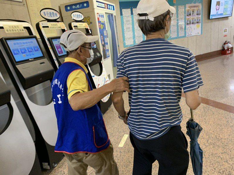 受疫情影響,台北市的長照關懷志工需求服務量能也大增,今年初至10月已成長3倍。圖為長照關懷志工陪伴獨居長者就醫服務。圖/北市衛生局提供