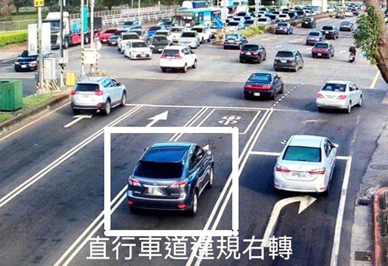 國1林口交流道車流量大,常出現違規搶道或轉彎車占用直行車道,警方以科技執法取締。圖/市警局交大提供