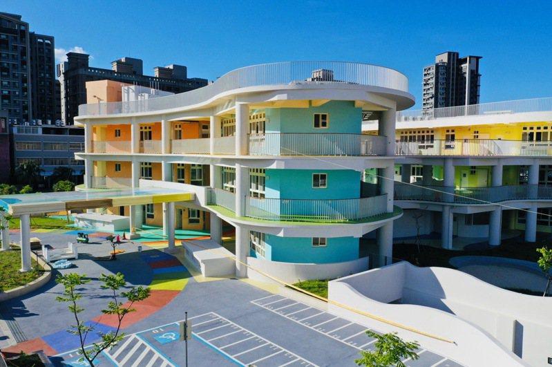 新竹縣嘉豐非營利幼兒園校舍建築整體以「色彩調色盤」概念設計,用顏色區分班群空間。圖/新竹縣政府提供