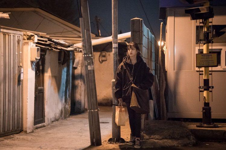 IU稱「我的大叔」穿搭特別尋找類「救援物資」系服裝。圖/八大提供