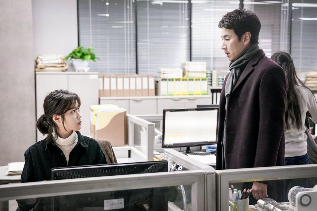 李善均(右)與IU李知恩合作拍攝「我的大叔」。圖/八大提供