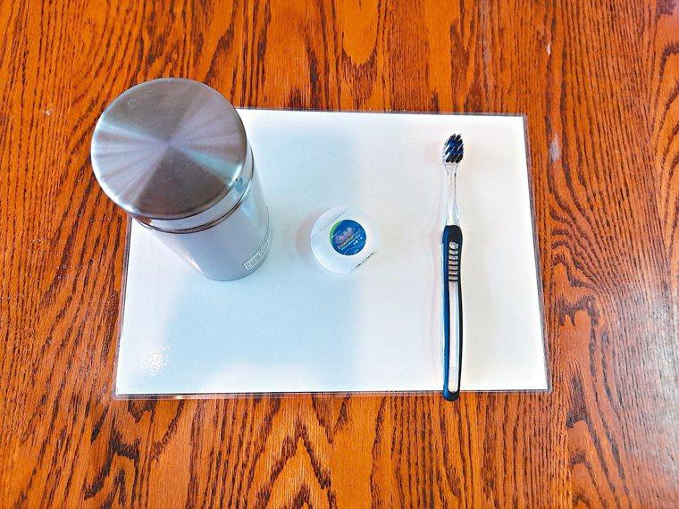 注重口腔保健,隨身攜帶牙刷、牙線及溫開水等「芬芳三寶」。圖/梁純绣提供