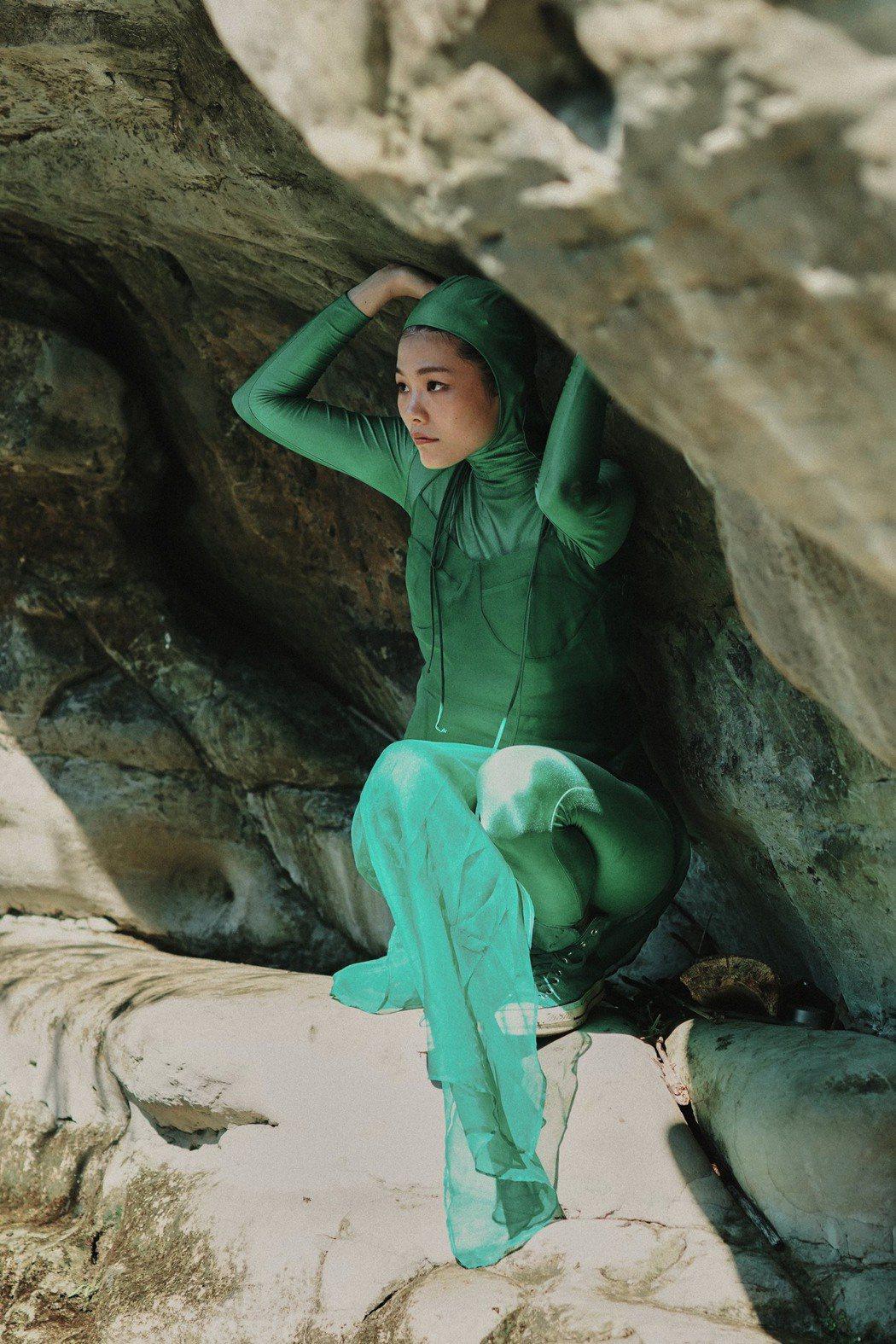 柯泯薰在「自戀的自虐」MV中「恥度」大開。圖/洗耳恭聽提供