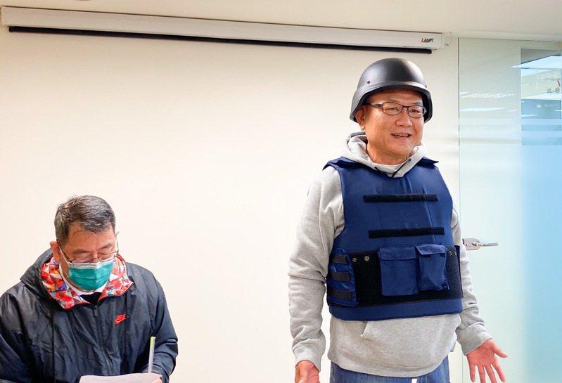 SBL球團委員會召集人沈會承(右)穿上防彈衣、戴鋼盔宣布禁賽規則,中華籃球協會祕書長李一中(左)一同出席。 記者曾思儒/攝影
