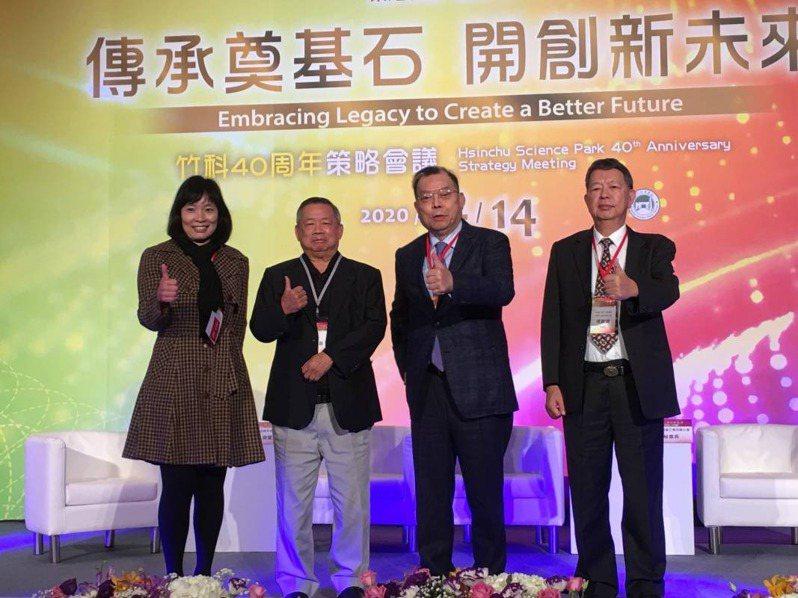 力積電董事長黃崇仁(右2)昨天出席竹科40周年策略會議。劉煥彥/攝影