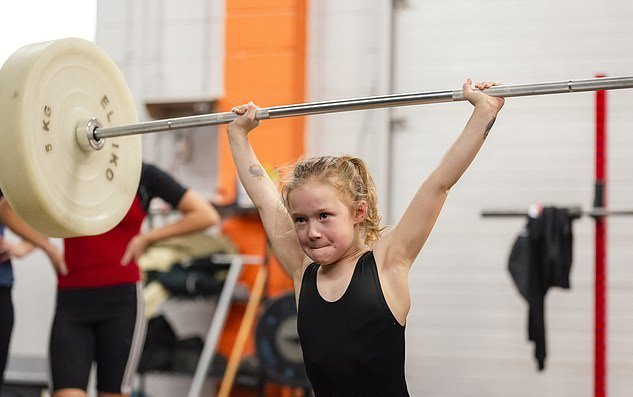 加拿大7歲女童日前在美國全國青少年舉重比賽舉起80公斤槓鈴奪冠,成為美國賽史上最年輕舉重冠軍。圖/取自dailymail