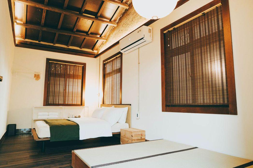 這回入住的雙人房,空間比想像中來得大,還有一個榻榻米空間。 圖/軍旅舍提供
