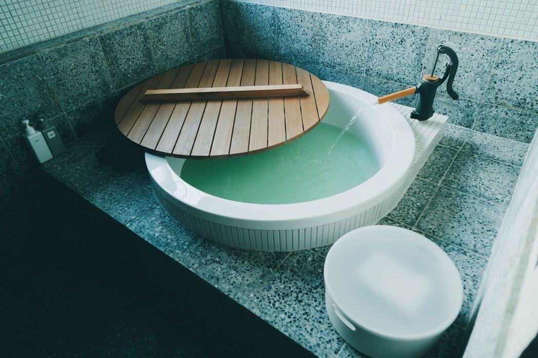 在浴缸倒入旅店準備的入浴劑,靜靜地享受老屋的風華。 圖/軍旅舍提供