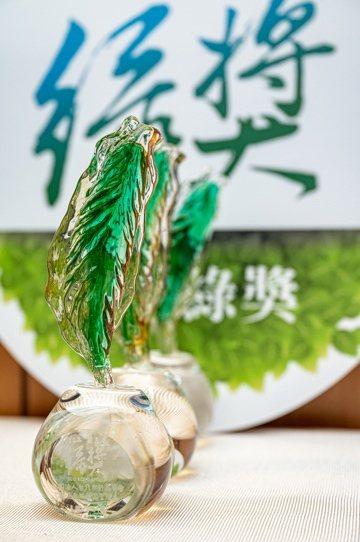 半導體晶圓專工業界的領導者聯華電子成立「綠獎」,此為過去聯電使用再生玻璃製成台灣造型的獎座。 圖/聯電 提供