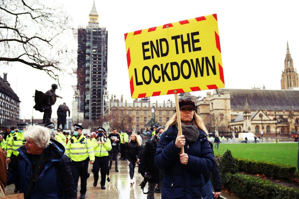 倫敦在12月13日,反對封城的抗議民眾。 圖/路透社