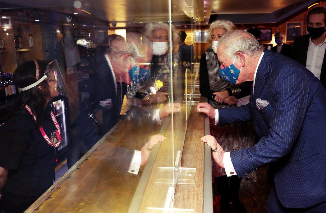 英國查爾斯王子,在今年12月3日訪問一間酒吧。 圖/法新社