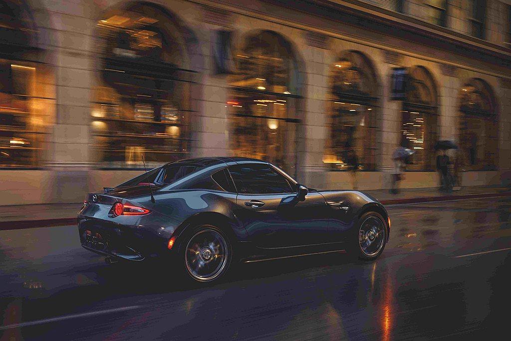 Mazda MX-5擁有獨特風格的雙座敞篷設計,搭配車身流線絕美的魂動美學,以及...
