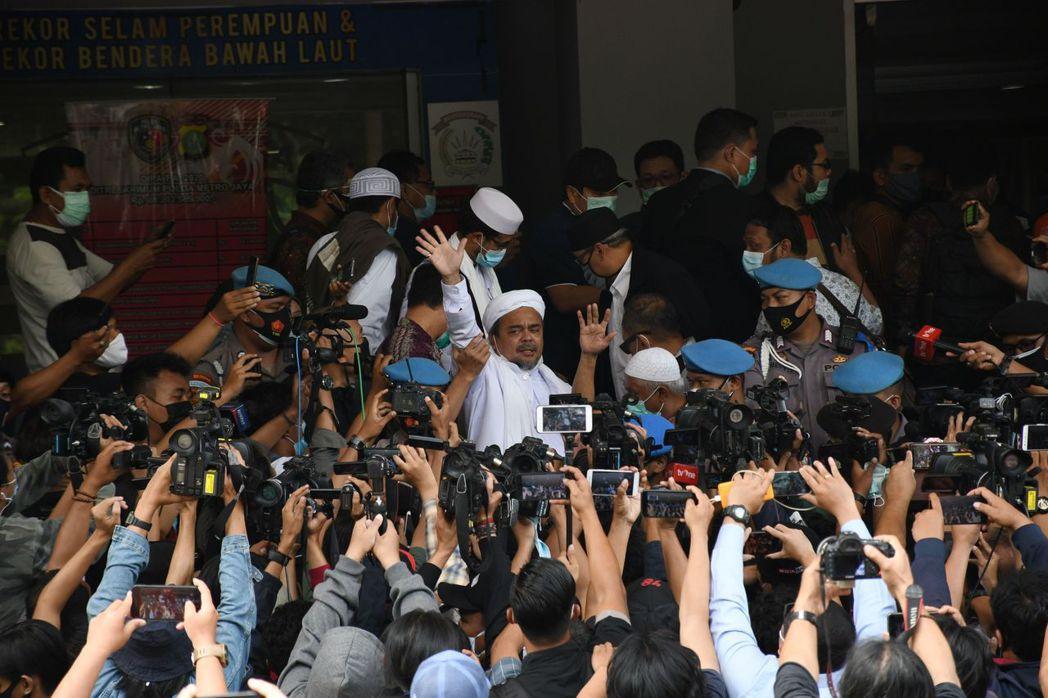 12月12日,伊斯蘭教士里齊克在警察總部前向支持者揮手。 圖/法新社