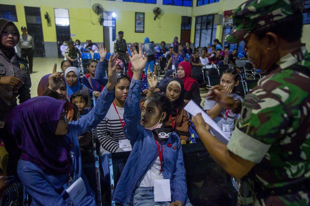 疫情使得印尼國內失業人口日益增加。當局為了有效抗疫,要求想跨省的人都必須出示醫療...