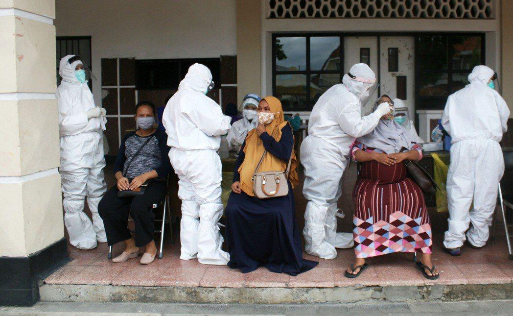 印尼當時之所以尚未出現確診病例,其實是因為篩檢率極低。直到3月初,全國2億7千萬...