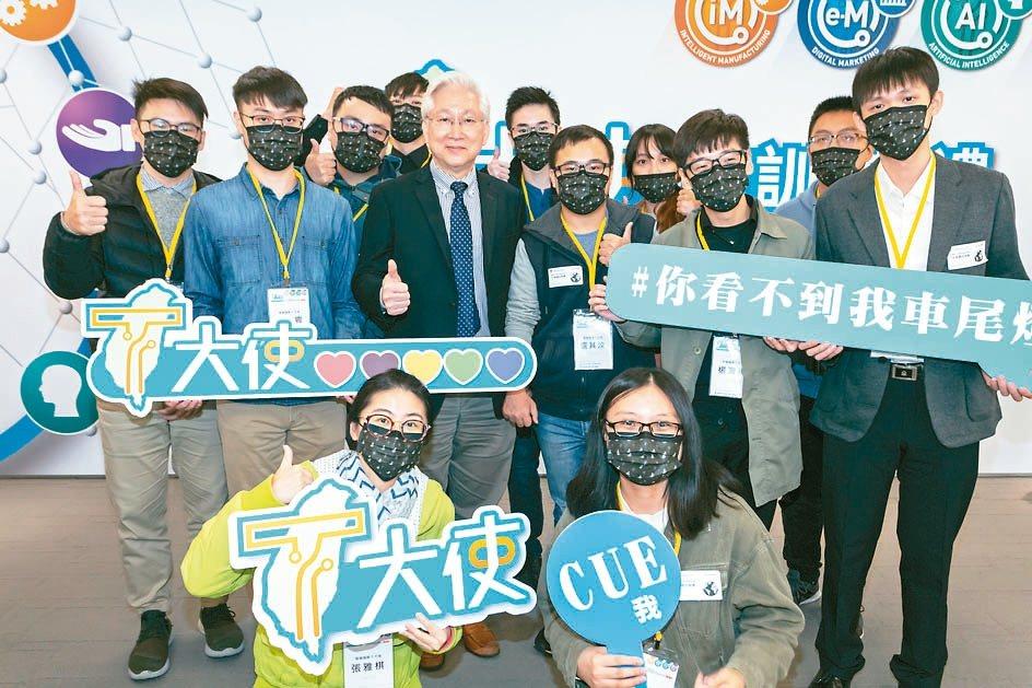 科技部長吳政忠(第二排右四)說,自己的英文名字是TT,念起來剛好是T大使,圖為開...