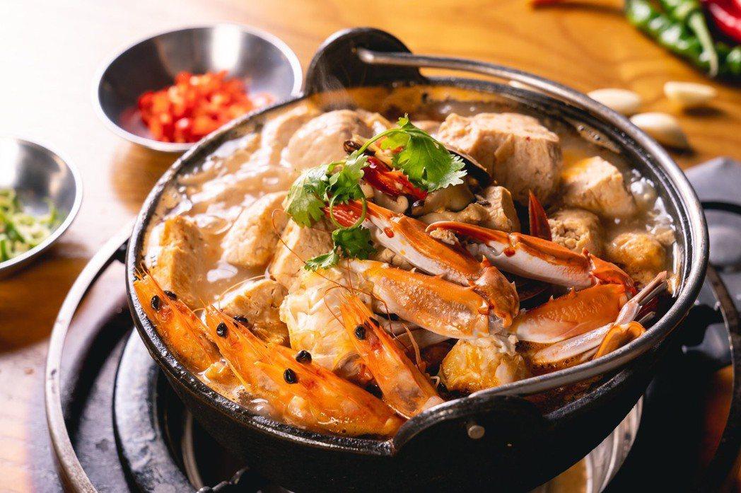 韓國八色烤肉與先進海產首度聯名推出「紅燒海鮮臭豆腐鍋」。業者/提供