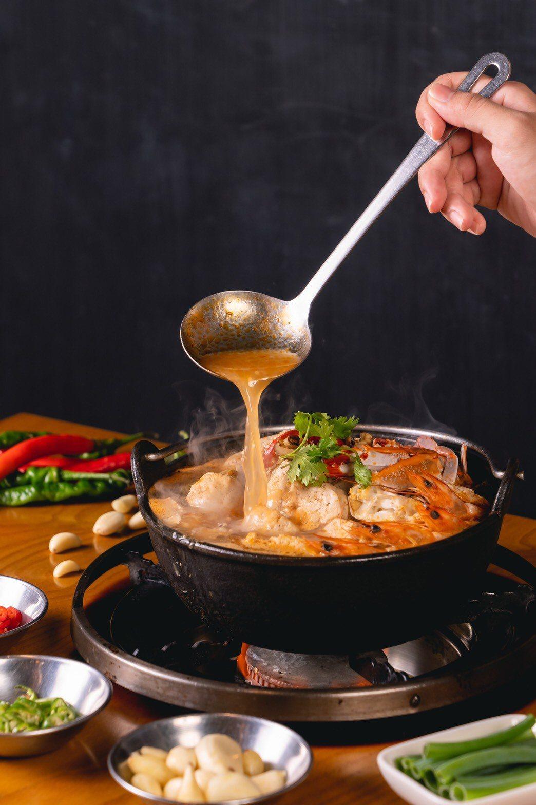 無論是陣陣飄香一口咬下即噴汁的紅燒臭豆腐,或Q彈扎實帶有淡淡海水味的沙蝦與三點蟹...