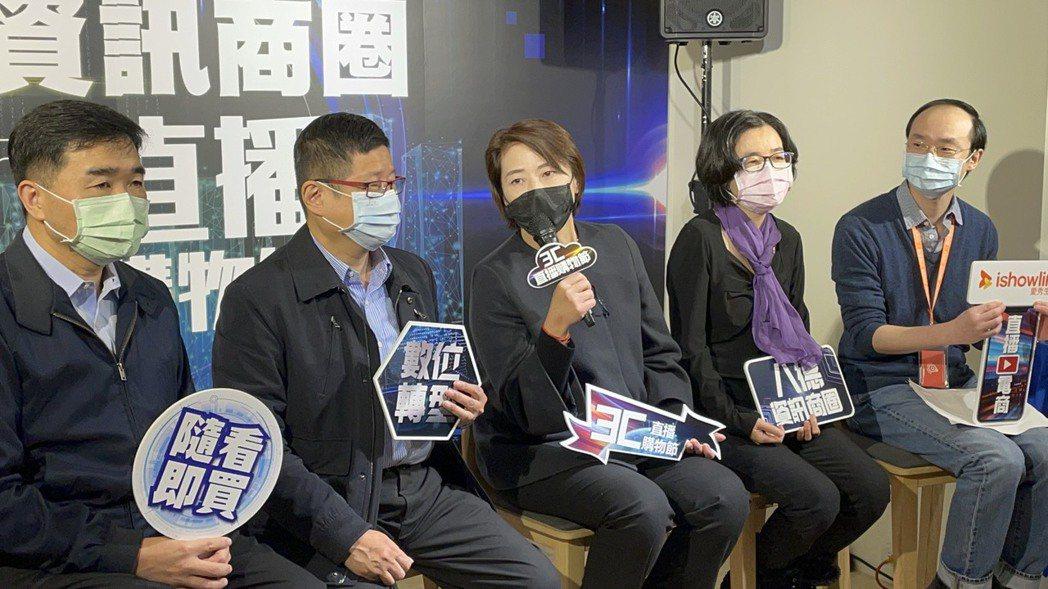台北市副市長黃珊珊特別為「八德資訊商圈 3C直播購物節」 開賣站台助陣。創意點子...