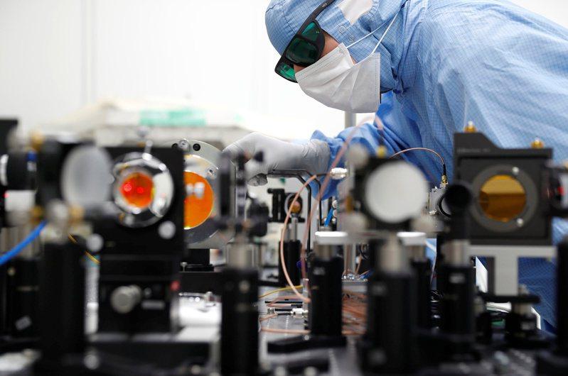 SEMI國際半導體產業協會今日公布年終整體OEM半導體設備預測報告,今年全球原始設備製造商(OEM)的半導體製造設備銷售總額689億美元,年增16%。路透