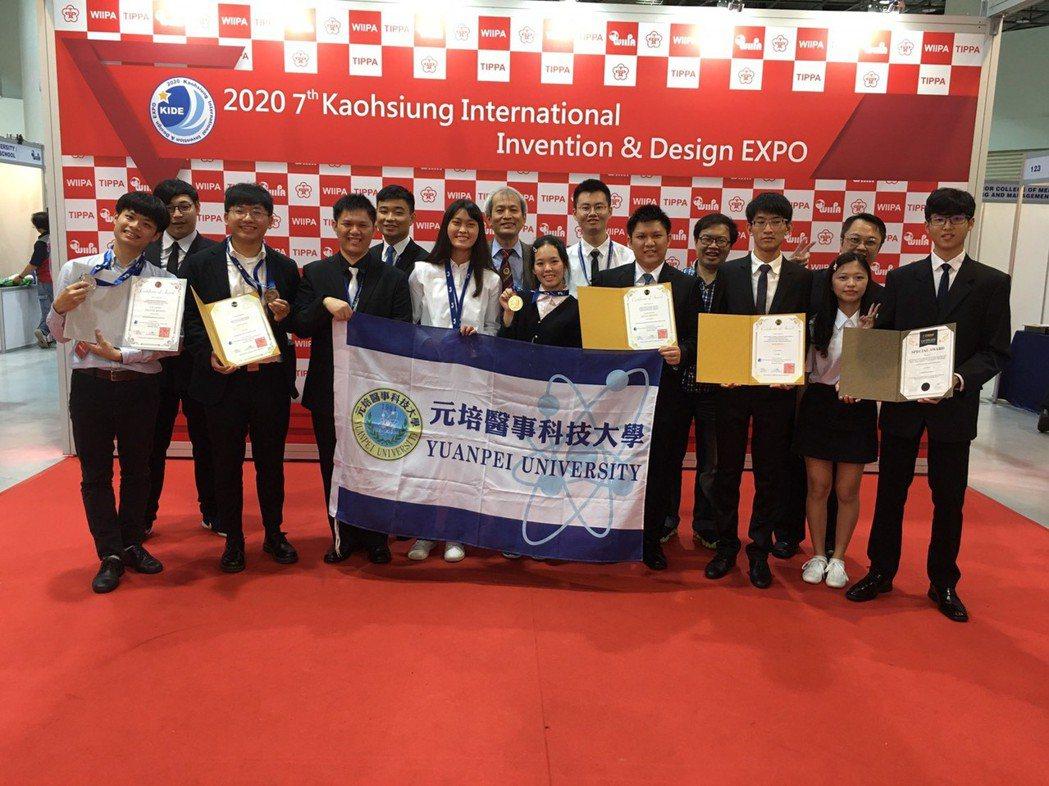 元培參加2020年高雄KIDE國際發明暨設計展競賽獲獎團隊大合照。 元培/提供