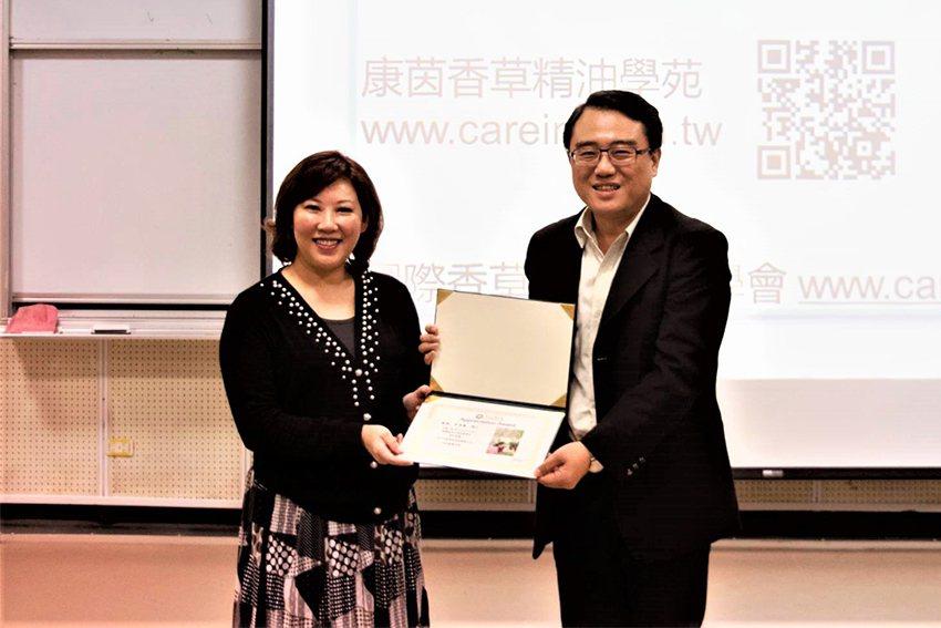 東華大學通識教育中心主任陳復(右)頒發感謝狀給李淳廉博士。 東華大學/提供