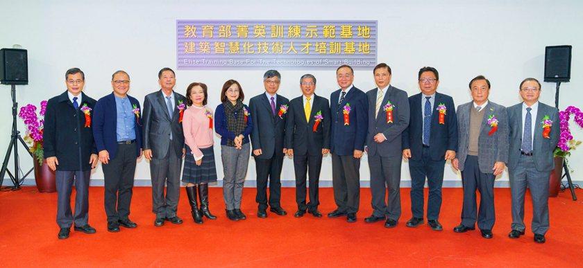 中國科大菁英基地揭牌,教育部及與會嘉賓合影。 校方/提供