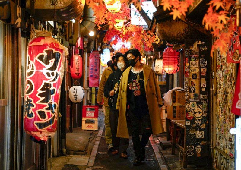 日本新冠肺炎疫情升温,东京都政府决定原本实施至本月17日的餐饮店提早打烊(缩短营业时间)措施延至明年1月11日。 (欧新社)(photo:UDN)