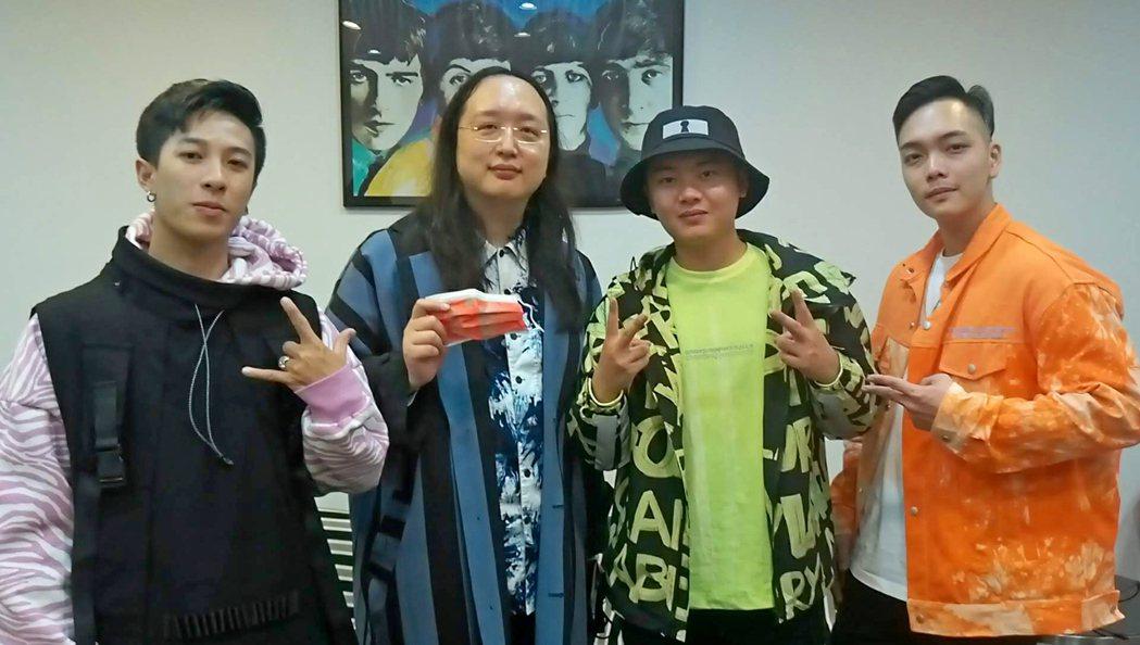 男團「Xunday」見到唐鳳(左二),立刻化身小粉絲。圖/尬音樂提供
