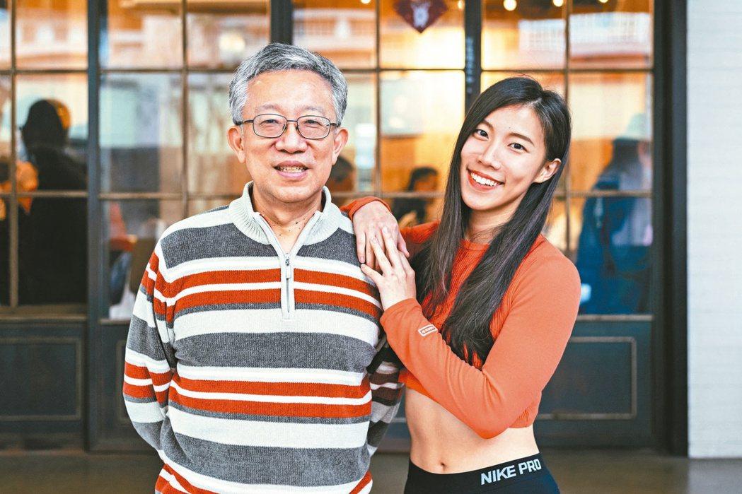 六十歲的理財專家施昇輝(左)說,很早就跟三兒女約法三章:爸媽只會支持到大學畢業。...