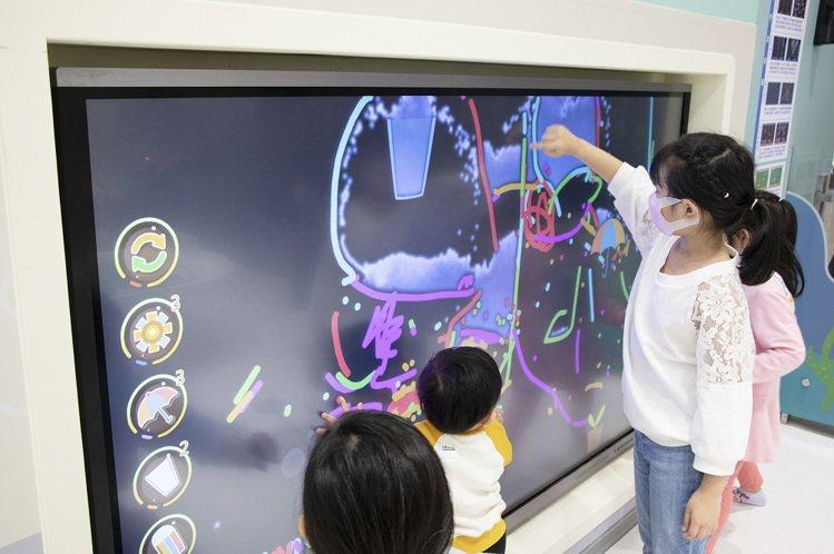 「妙妙未來實驗室」的足球機器人、魔法實驗室等遊戲,讓親子在此體驗科技數位互動。圖...
