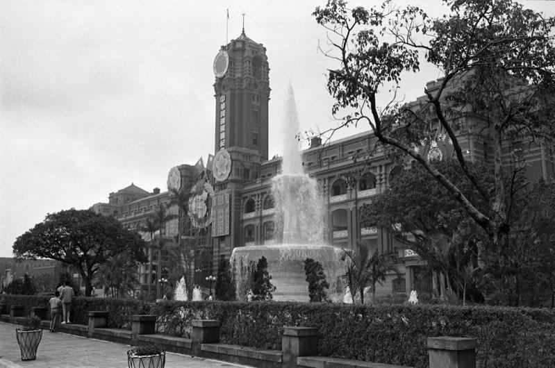 民國58年國慶前夕台北市政府在總統府左右兩側興建噴水池(圖),但隨後許多衝擊中華民國的大事,61年時拆除。圖為民國60年國慶總統府周邊布置情形。圖/聯合報系資料照片