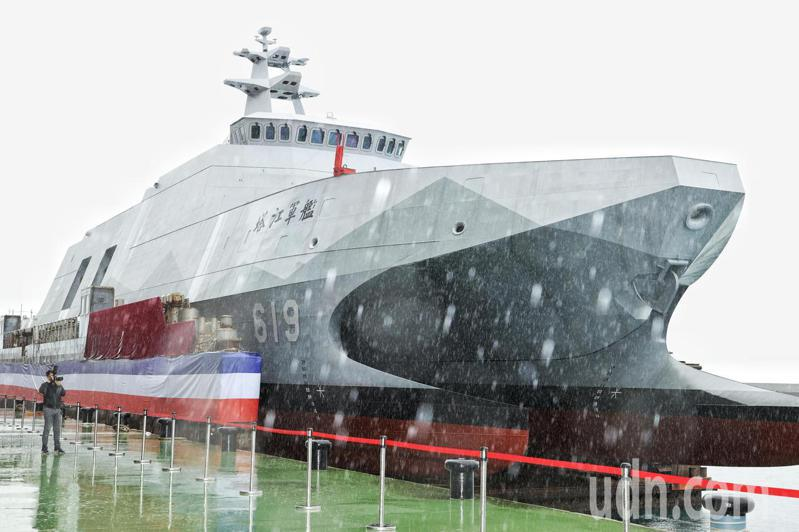海軍沱江級塔江號巡邏艦今天舉行下水儀式,此為沱江級的同級艦,具備匿蹤、高速航行及優異對艦攻擊能力,是海軍不對稱戰力發展的一環。記者曾原信/攝影