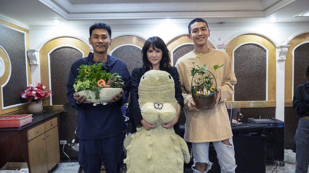 導演陳大樸(左起)、李心潔與柯震東在「鱷魚」殺青宴上合影。圖/滿滿額提供