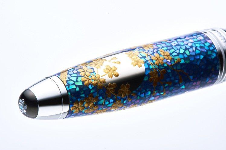去年推出的「大師傑作系列書法之藝蒔繪漆藝(Maki-e)限量款88」,採手工方式...