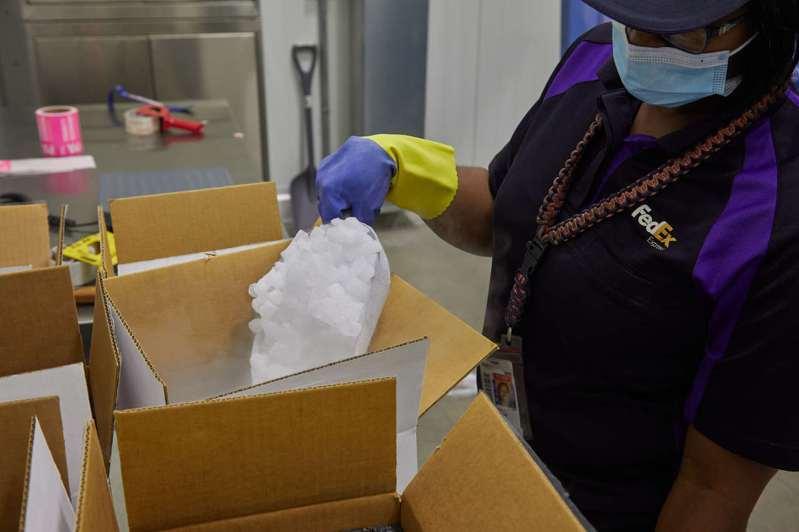 疫苗遞送上有可能會使用到乾冰,而聯邦快遞可以安全地處理大量乾冰,每個月遞送約500,000件含有乾冰的貨件。圖/聯邦快遞提供