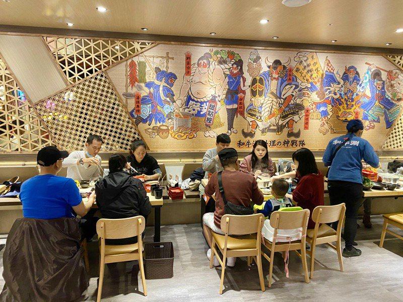 二樓以大紅紙傘置頂、搭配滿牆浮世繪彩繪,讓消費者如同坐在京都郊外涮肉。記者宋健生/攝影