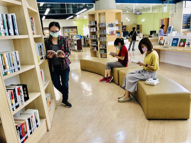 有議員揭露,台北市立圖書館近期購入名為《等爸爸回家》童書,內容美化中國防疫,還出現「中國加油」,台中市立圖書館表示已撤架。圖/台中市立圖書館提供